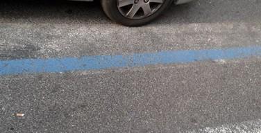 Strisce blu e strisce pedonali insieme