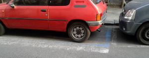 Automobile parcheggiata sulle strisce pedonali