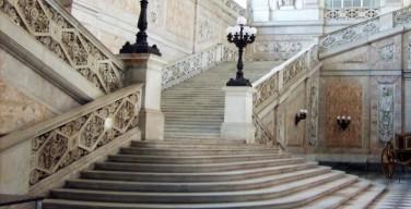 Lo scalone d'accesso a Palazzo Reale