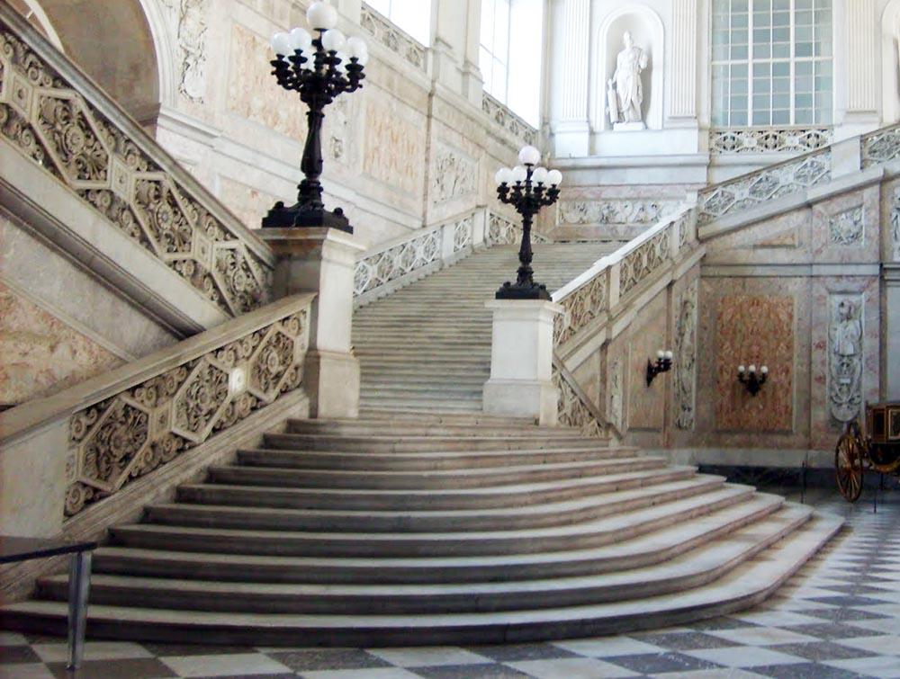 """Chi """"fa le scarpe"""" al Palazzo Reale?"""