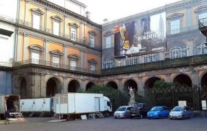 Pubblicità sulla facciata di Palazzo Reale a Napoli