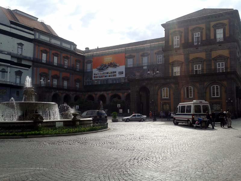 "Scarpe ""Cinesi"" al Palazzo Reale"